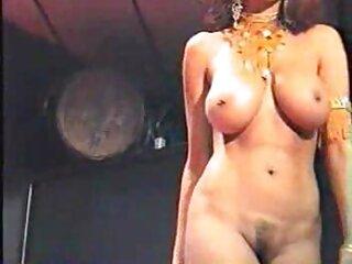 Pornófilmeket néz egy lányról, barna hajjal, jó minőségű botra helyezve, a pornó, a család és a szőrös pina fotók személyes kategória alatt.