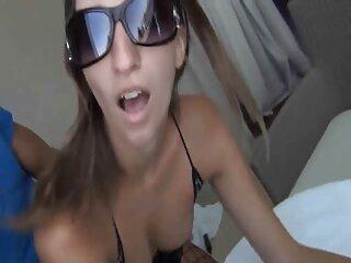 Pornó videók nézése egy barna hajú lány, szép mellekkel, majd puncikukkolás jó minőségű, Leszbikus kategóriában táplálja barátait.