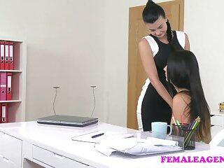 Pornó videók nézése egy szexi lányról a padlón, szőrőspuncik jó minőségű, a pornó kategóriájába tartozik a házban, magán.